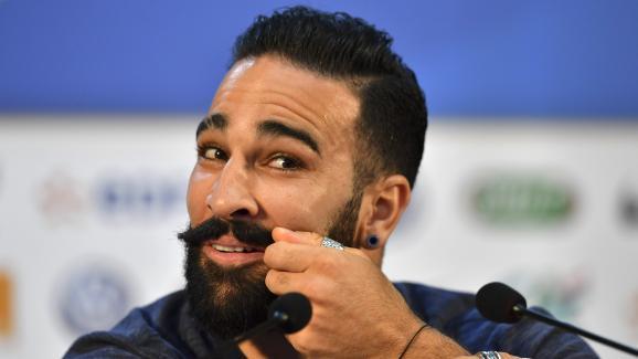 Adil Rami évoque sa moustache lors d\'une conférence de presse de l\'équipe de France, le 4 juillet 2018 à Istra, en Russie.