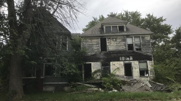 Des maisons en ruine et envahies par la végétation à Detroit (Michigan) le 14 septembre 2018, dix ans après la crise des subprimes.