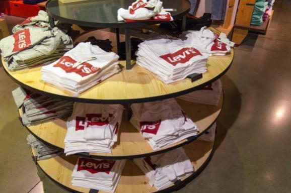 Un présentoir proposant des tee-shirts Levi\'s à Paris, le 23 octobre 2018.