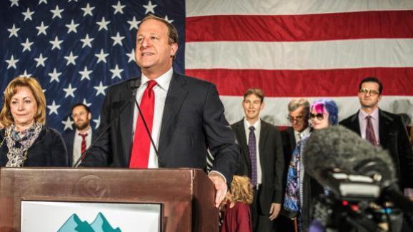 Le candidat démocrate Jared Polis s\'exprime après son élection dans le Colorado, le 6 novembre 2018.