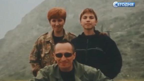 Capture écran d\'un reportage de la chaîne russe NTV diffusé en décembre 2017, montrant Mikhaïl Popkov entouré de sa femme et de sa fille.