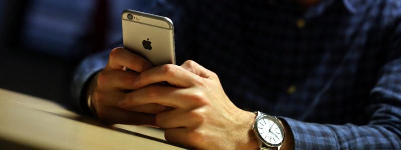 Un homme consulte Internet sur son smartphone (illustration).