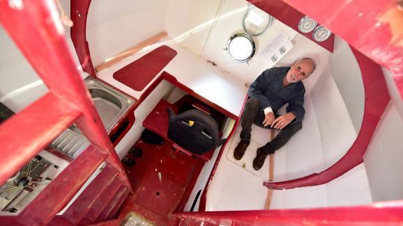 Jean-Jacques Savin prend la pose dans le tonneau aménagé, le 15 novembre 2018 à Arès (Gironde), avant sa tentative de traversée de l\'Atlantique.