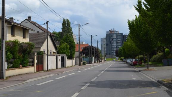 A Tremblay-en-France, la ville est divisée entreleszones pavillonnaires et les quartiers composés d\'immeubles.