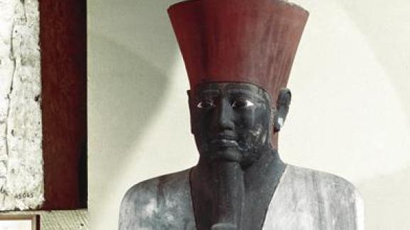 Statue en grès du pharaon Montouhotep II (environ 2055-2004 avant notre ère), provenant deDeir elBahari, situé sur la rive gauche du Nil face à Louxor.Elle est exposée au Musée national égyptien au Caire.