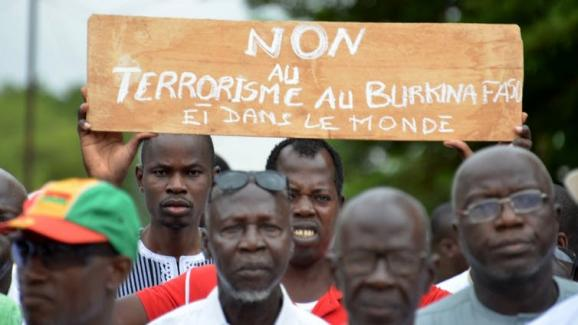 Des manifestants burkinabé expriment leur désapprobation du terrorisme.