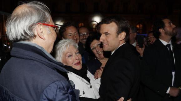 Emmanuel Macron est félicité par Line Renaud et Stéphane Bern lors de son élection, le 7 mai 2017.