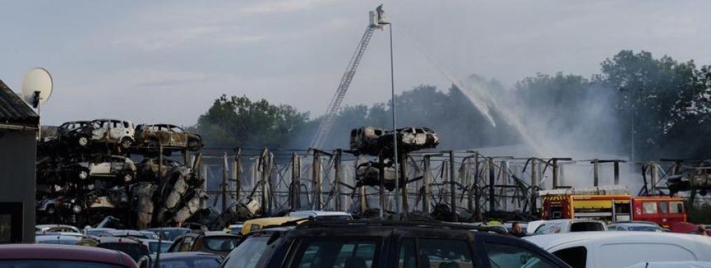 Près de 500 véhicules ont été détruits par l\'incendie qui a frappé une casse automobile à Auxerre (Yonne), le 27 juillet 2019.