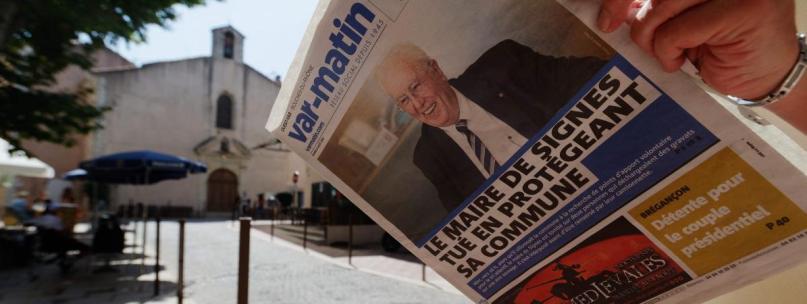 Habitant de Signes (Var) lisant le journal, le 6 août 2019, au lendemain de la mort du maire de la commune