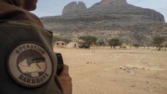 Un soldat français de la force Barkane devant le mont Hombori, au Mali, le 27 mars 2019.