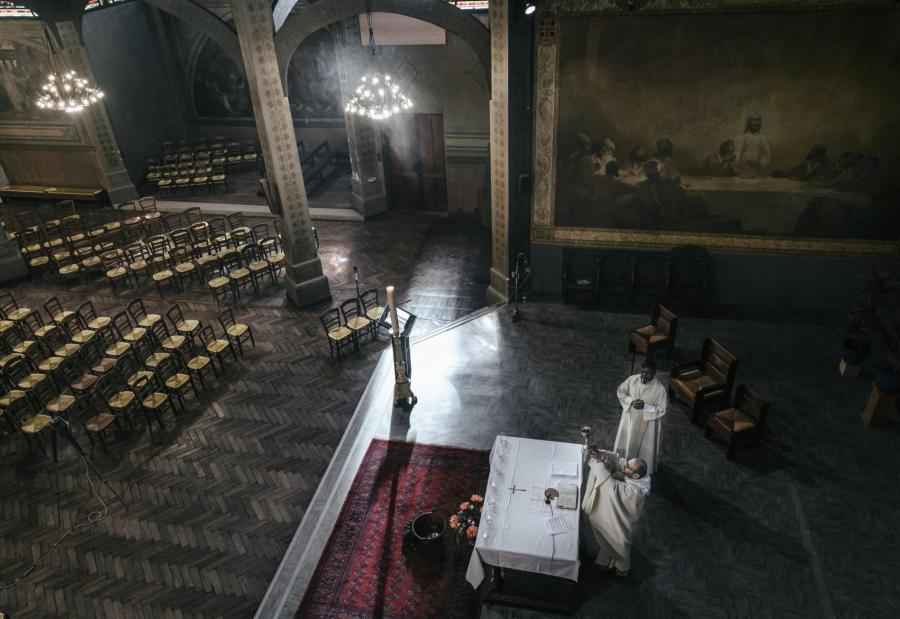 Un prêtre célèbre une messe, retransmise sur Facebook, à l\'église Saint-Jean de Montmartre, à Paris, le 19 avril 2020.
