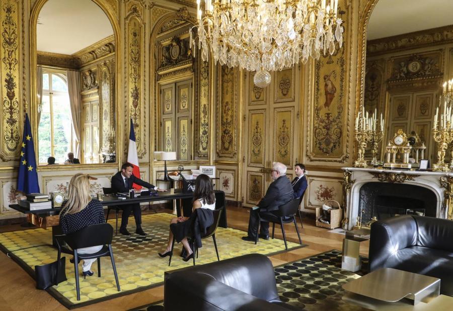 Emmanuel Macron s\'entretient avec le pape François, le 21 avril 2020, à l\'Elysée.