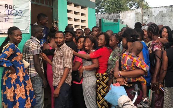 Electeurs faisant la queue dans un bureau de vote à Kinshasa en RDC pour la présidentielle le 30 décembre 2018