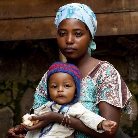 Jeune mère rwandaise et son enfant à Kigali le 21 mars 2010