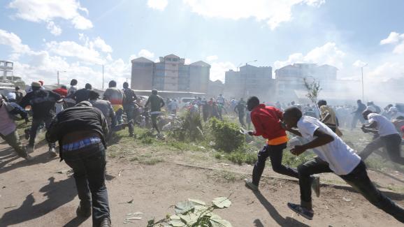 Heurtsentre la police et des sympathisantsde l\'opposition à Nairobi, capitale du Kenya,le 28 novembre 2017. Les manifestantsprotestaient contre l\'investiture du présidentUhuru Kenyatta, réélu pour un second mandat en octobre de la même année.