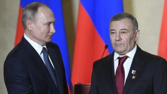 Vladimir Poutine décore le milliardaire Arkady Rotenberg lors d'une cérémonie à Sebastopol, 18 mars 2020.