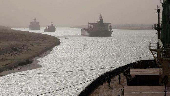 Every day, around fifty ships pass through the Suez Canal.  (CHRISTOS GOULIAMAKIS / AFP)