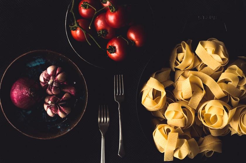 massa com lula e tomates frescos