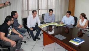 Édio Vescovi, Aires Tomazoni, deputado estadual Caito Quintana, prefeito Cantelmo Neto, deputado federal João Arruda e Lurdes Pazzini observam o projeto da praça poliesportiva