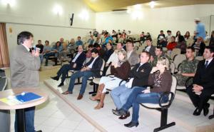 O vice prefeito, Eduardo Scirea, coordenou a audiência pública no auditório do centro de Eventos