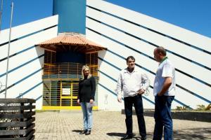 Joice Barivieira, prefeito Neto e Gustavo Baczinski em frente ao prédio que abrigará a estrutura da secretaria nos próximos meses