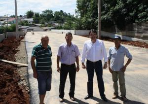 Baleta, secretário Vieira, prefeito Neto e Jonas em frente à ponte que liga os bairros Kennedy e Cango e que já pode ser utilizada pelos motoristas