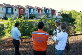 O secretário Vieira e o sargento Gross acompanharam as vistorias, como nesta área às margens do córrego Urutago