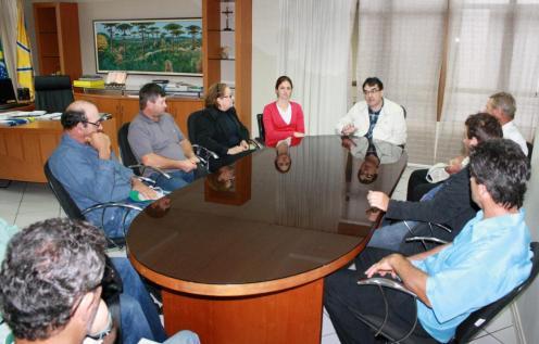 A secretária Daniela Celuppi e a vereadora Elenir Maciel também acompanhara o encontro dos moradores da Linha Hobold