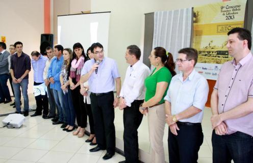 Prefeito Neto na abertura, rodeado por representantes de empresas e entidades promotoras do concurso