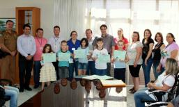 Cinco alunos da rede municipal foram premiados, na foto com os organizadores do concurso