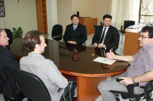 Cleo, Viro, Amauri, prefeito Neto, Claunir, deputado Assis e Madruga em junho, durante entrega da indicação à comunidade Foto: Divulgação/Assis do Couto