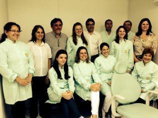 Prefeito Cantelmo Neto, o vice Eduardo Scirea, a secretária de Saúde Rose Guarda e a coordenadora do CEO juntamente com a equipe de funcionários