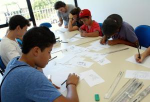 Alunos participam da oficina de desenho, com duração de 144 horas/aula
