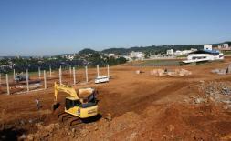 Na nova área do setor agropecuário da Expobel, máquinas fazem a remoção de terra enquanto operários levantam a estrutura dos barracões e finalizam o recinto de leilões
