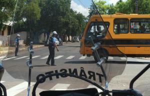 Agentes estiveram orientando o trânsito no cruzamento da Tenente Camargo com a Antonio Marcello, que agora tem nova preferencial