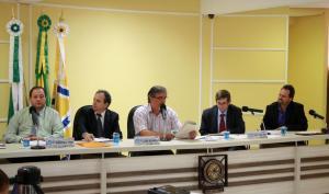 Scirea fez a apresentação em meio a Mesa Diretora da Câmara, formada pelos vereadores Roberson Fieira, Alfonso Bruzamarello, Paulo Grohs e Valmir Tonello