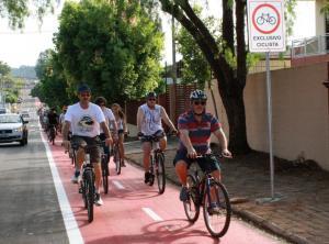O prefeito em exercício, Eduardo Scirea, puxou a pedalada que inaugurou a ciclofaixa da rua Curitiba