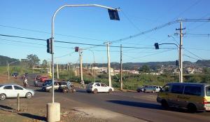 O semáforo na entrada do Padre Ulrico começou a funcionar nesta segunda-feira e já organizou a passagem no cruzamento entre a rua Marília e a PR 180