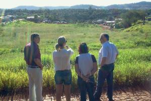 Lauri Toassi, Monica Miró, Ana Manfrói e Eduardo Scirea observam a área que será utilizada na revitalização urbanística do bairro