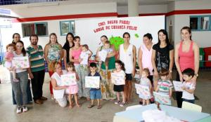 No CMEI Dalva Paggi, o secretário de Educação, Viro de Graauw, entregou pessoalmente a coleção de livros à equipe de educadores e alunos