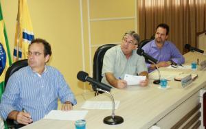 O secretário de Finanças, Luiz Geremia, apresentou o balanço financeiro do Município na Câmara, ladeado pelos vereadores Alfonso Bruzamarello e Valmir Tonello, da Comissão de Orçamento e Finanças