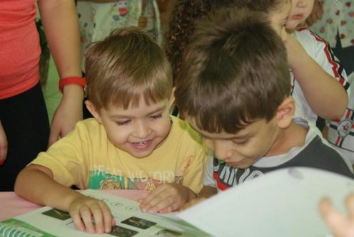 Livros despertaram a curiosidade dos alunos da Escola Bom Pastor