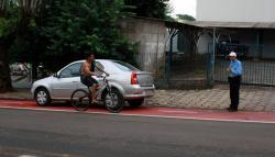Veículos que ocupam o espaço destinado às bicicletas após o horário regulamentado estão sendo autuados; a multa é grave, com cinco pontos e R$ 127,69