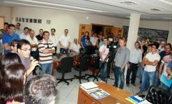 Muita gente – entre lideranças políticas e comunitárias – acompanhou o evento no gabinete