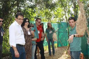 Prefeito Cantelmo Neto, primeira dama Rose Guarda, Sueli Baldo, da Emater, e Antonio Pedron recebem orientações em uma das estações do Cenário Ambiental