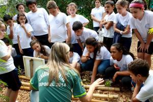 Atentos à explicação da professora Luciana, da Unipar, alunos da escola Higino Pires conhecem espécies não nativas de árvores