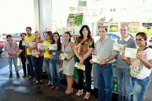 Organizadores da campanha em uma das visitas ao Posto Dinon para orientar frentistas e motoristas