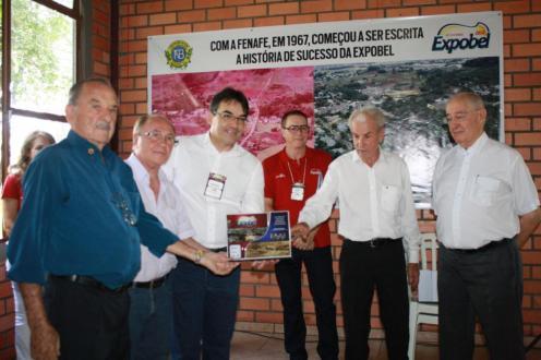 Delvino Donatti, Otercílio Salvatti, Cantelmo neto, Antonio Pedron, Antoninho Anghinoni e dr. Mário Vargas na entrega da homenagem aos rotaryanos