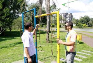Secretários de Urbanismo e do Esporte, José Carlos Vieira e Edio Vescovi, verificam equipamentos do Parque Alvorada, que serão substituídos ainda este mês