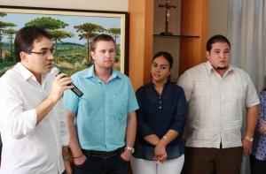 Prefeito Cantelmo Neto apresenta os três profissionais que irão trabalhar na rede de saúde pelo Mais Médicos: doutores Rudinei Bregalda, Darlyn Hidalgo e João Carreras Calvo